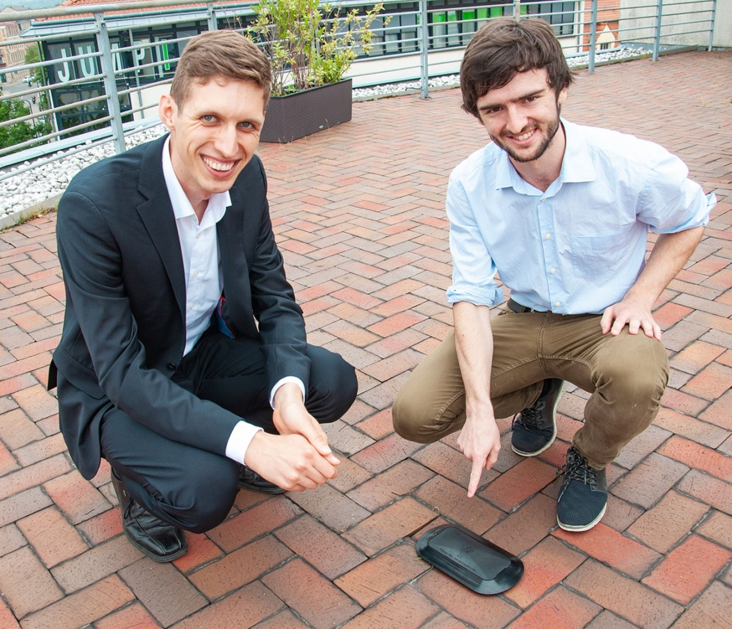 This is what a sensor looks like. Stefan Gerstenberg (VVO) and Stefan Eckart from Smart-City-System.